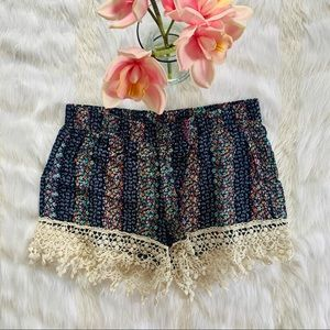 PATTERNED CROTCHET DETAILED SHORTS